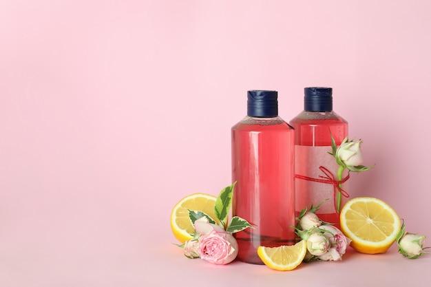 천연 샤워 젤과 분홍색 배경에 재료