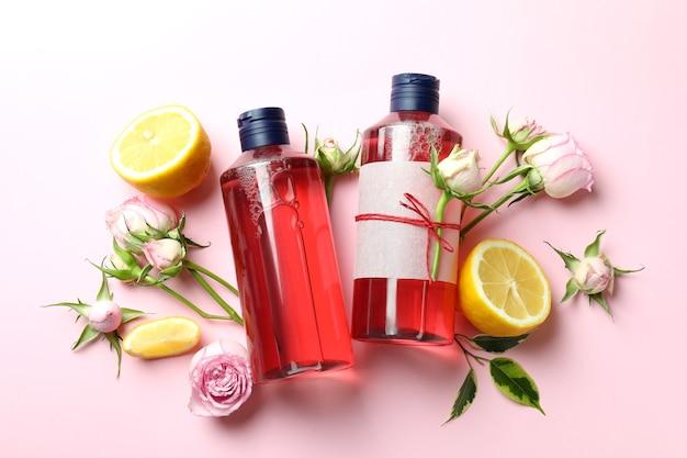 Натуральные гели для душа и ингредиенты на розовом