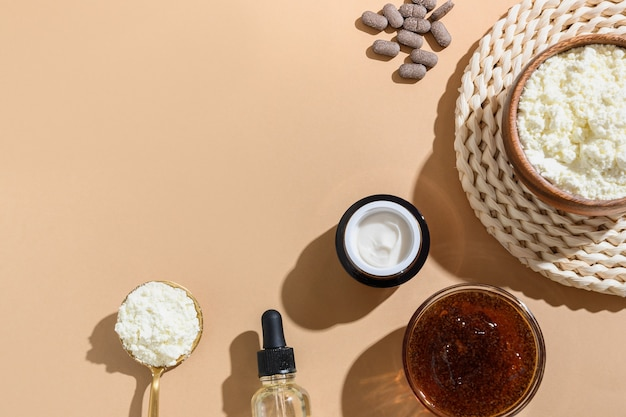 Натуральные концепции ухода за кожей: крем, кофейный скраб, косметическое масло, стеклянная бутылка, сыворотка.