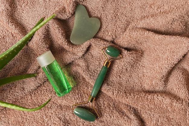 천연 스킨케어 및 스파 제품 녹색 옥 페이스 롤러 및 알로에 베라가 함유된 구아샤 스톤