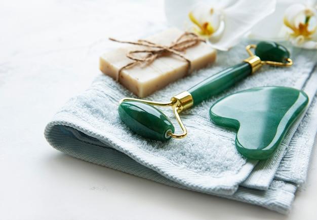 수제 천연 비누, 옥 얼굴 롤러 및면 수건 근접 촬영으로 천연 스킨 케어 및 스파 제품