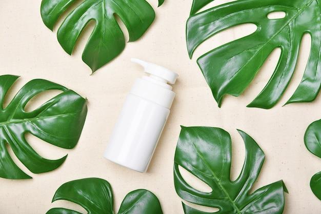 Натуральный косметический продукт по уходу за кожей, упаковка для косметических бутылок с зелеными листьями природы, пустая этикетка для макета органического спа-салона, травяной уход за здоровой кожей.