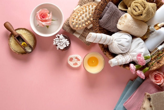 핑크 파스텔 배경에 천연 스킨 케어 화장품.