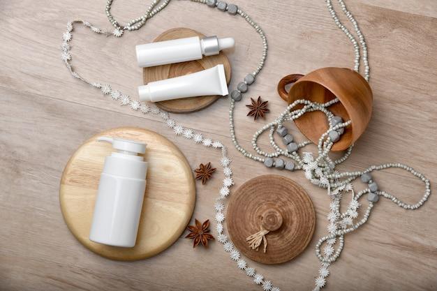 Контейнеры косметической бутылки упаковывая с космосом экземпляра, представлением дисплея продукта, пустой ярлыком для органического клеймить, концепция продукта красотки natural skincare.