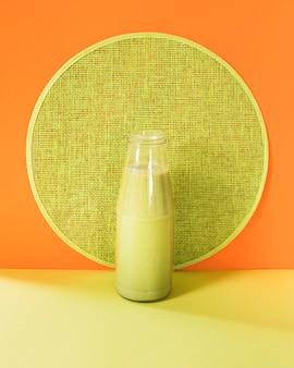 テーブルの上の瓶の中の自然なスムージー