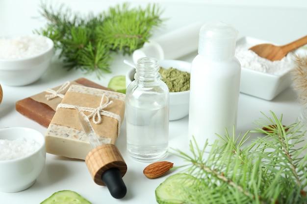 白い背景の上の自然なスパ化粧品、クローズアップ
