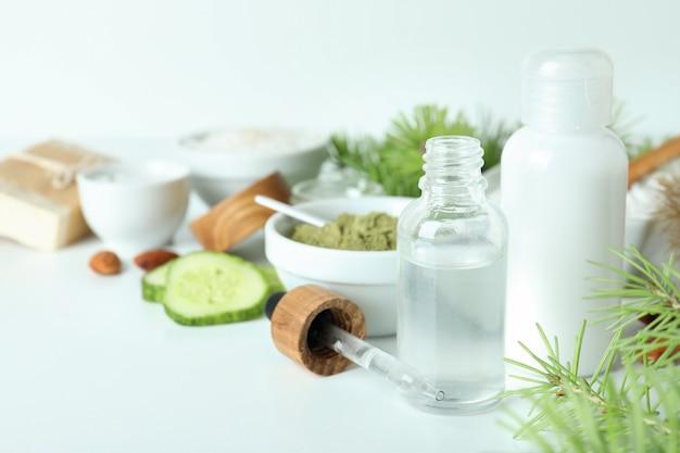 白い背景の上の自然なスパ化粧品、テキストのためのスペース