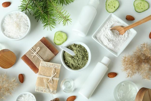 白い背景の上の自然なスパ化粧品、上面図