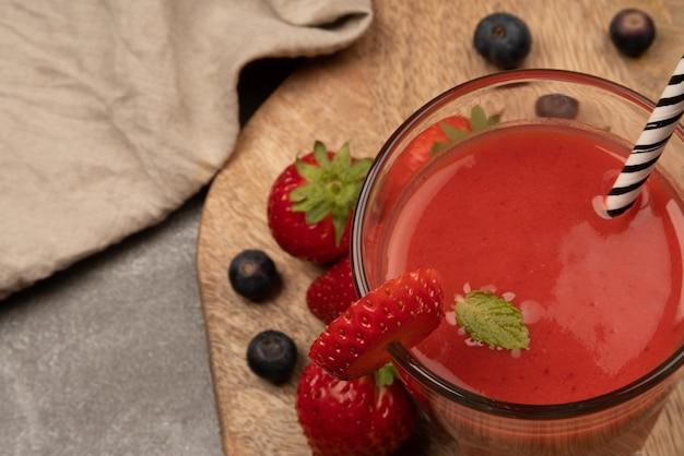 딸기와 블루베리를 넣은 천연 딸기 주스