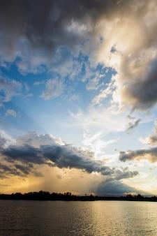 Естественный восход солнца заката. яркое драматическое небо и темная земля. сельский пейзаж под живописным красочным небом