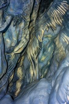 Натуральная текстура пещеры с наростами на стенах в цифровой обработке в стиле рисунков гигера.