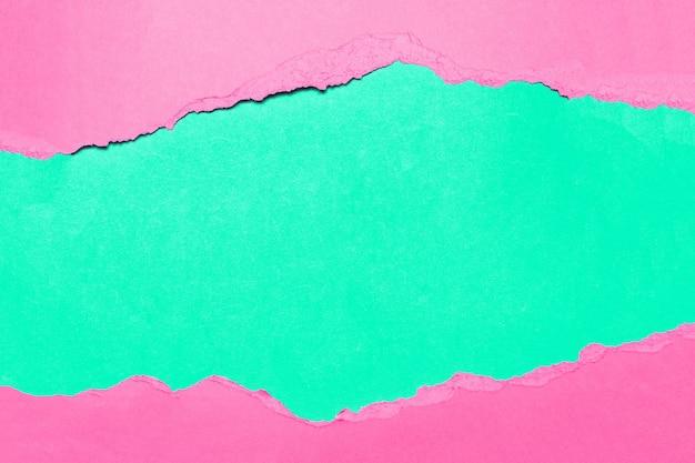 緑の自然な引き裂かれたピンクの織り目加工の紙。
