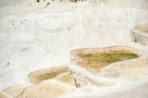 自然なトラバーチンプールとテラス、パムッカレ、トルコ