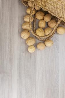 Натуральный образец кучи грецких орехов, фон
