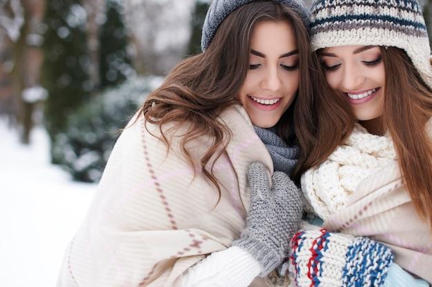 冬の毛布の下の自然な女性