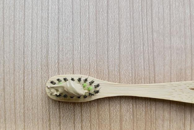 ハーブの歯磨き粉と天然木の竹の歯ブラシ