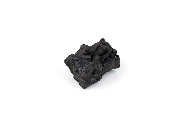 Уголь из натурального дерева, изолированные на белом фоне. куча угля, изолированные на белом фоне.