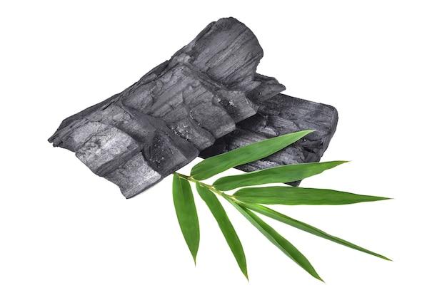 Древесный уголь из натурального дерева, традиционный древесный уголь или древесный уголь из твердых пород древесины, изолированные на белом
