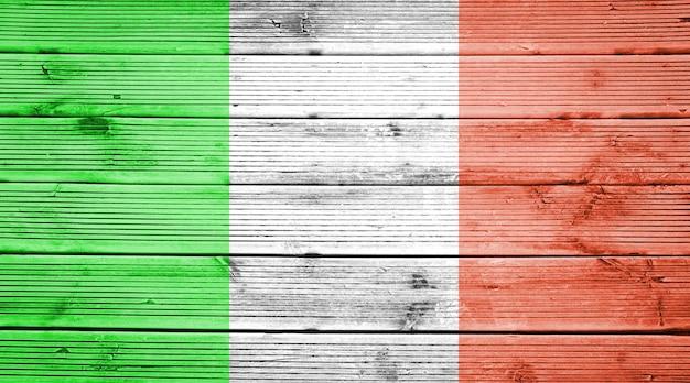 イタリアの旗の色と天然木の板のテクスチャ背景