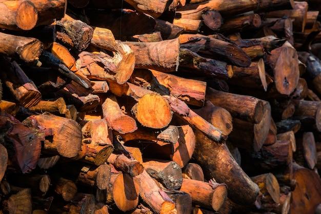 自然な木の背景-刻んだ薪のクローズアップ。