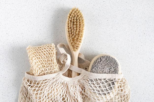 Аксессуары для ванной тела из натурального дерева. авоська для покупок. нулевые отходы. экологичный дом.