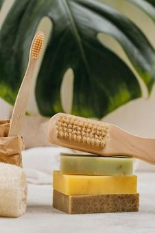 Натуральные деревянные кисти и мыло с размытым листом монстеры