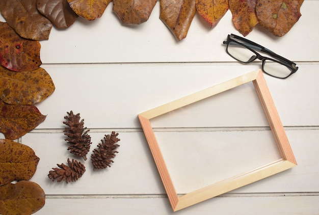 自然な木製フレームと白いテーブルの背景、テンプレート、フラットレイ、上面図の眼鏡