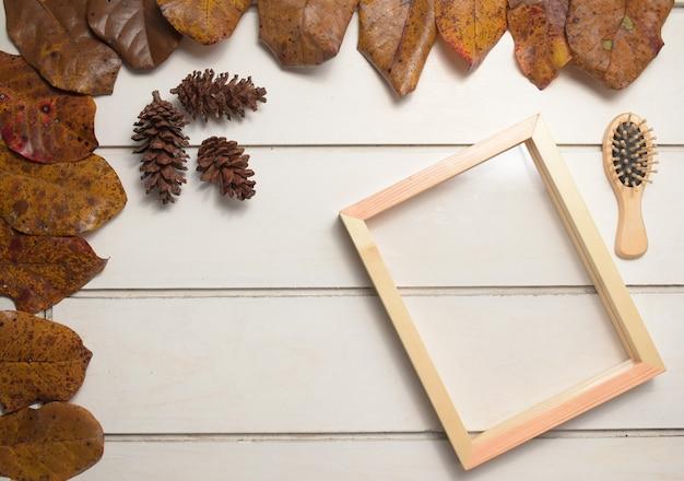 白いテーブルの背景、テンプレート、フラットレイ、上面図にコピースペースと自然な木製フレーム