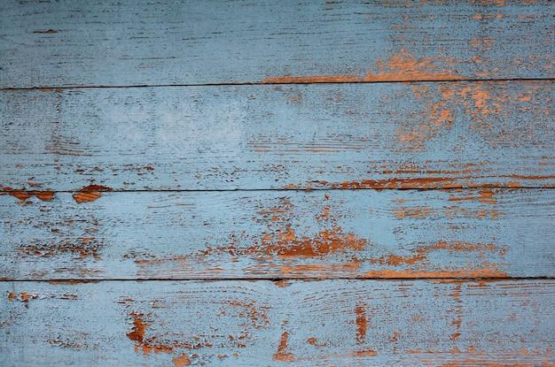 青いペンキと金を剥がす天然木の壁