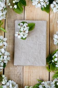 白い花の果樹とテキスト用のスペースを持つ天然木