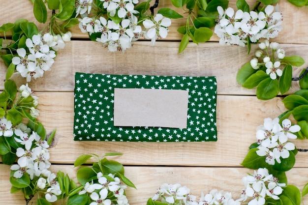 果物の木の白い花と星と緑のナプキンと天然木