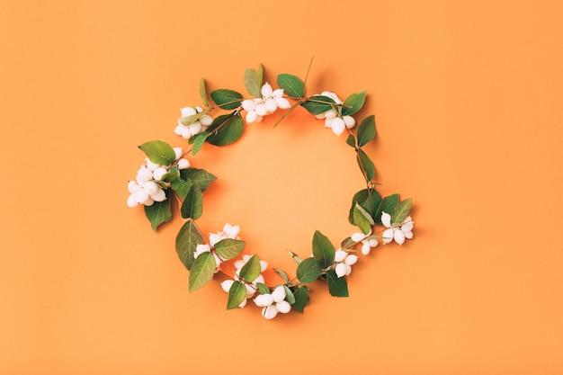 Декор натуральным венком. состав ягод омелы.