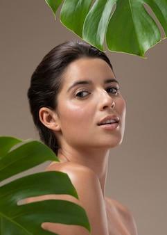 자연 젊은 여자 포즈