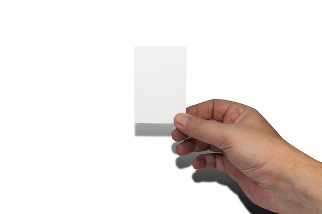 空白の白い名刺を持っている自然に手入れされた男性の手。コピーの余地。