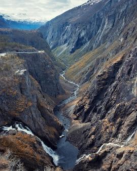 Природа и ландшафт норвегии, панорама каньона водопадов форингфоссен и тисвикофоссен