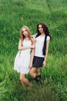 Природа, архитектура, люди, мода, природные концепции - блондинка две подруги в стиле хиппи. скандинавские девушки. счастливые молодые женщины.