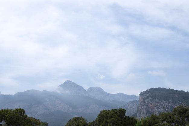 自然の背景。風景、山頂、雲
