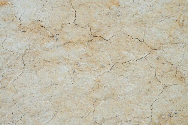 금이 마른 땅의 자연 배경입니다. 균열이있는 토양의 자연 질감. 불모의 마른 땅 황무지 클로즈업의 깨진 점토 표면. 건조한 기후의 지형에서 전체 프레임. 지구상의 생명없는 사막