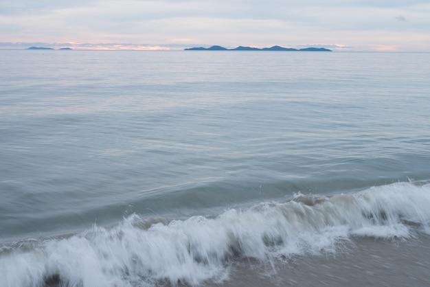 해변 해변 파도와 해안선의 자연 배경, 구름과 맑고 푸른 하늘, 휴가 휴식 라이프 스타일 풍경 개념 햇빛 물 표면