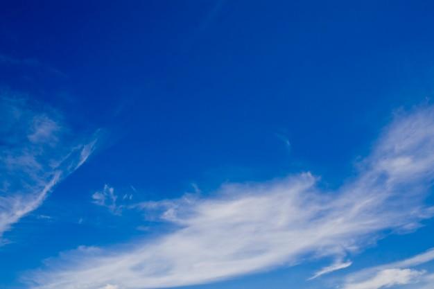 自然の背景。青い空の上の白い雲 Premium写真