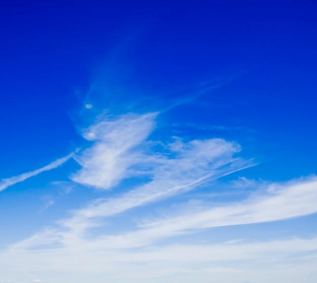 青い空の上の白い雲の自然の背景