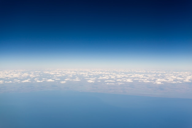 自然の背景。青い空の上の白い雲