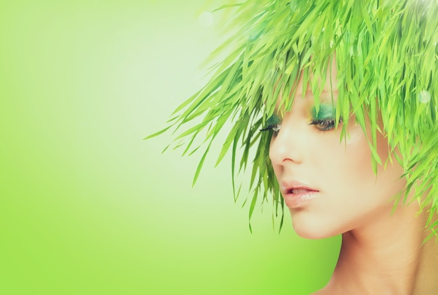 髪の代わりに新鮮な草を持つ自然の美しさの女性