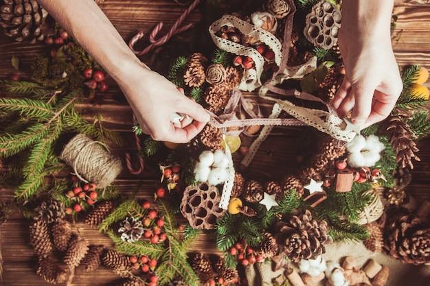 Венок из природных компонентов - подготовка для изготовления натуральных эко-декораций. сосредоточьтесь на руках