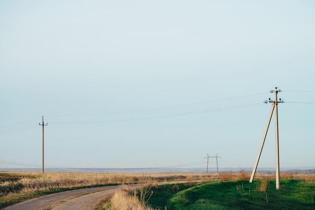 電力線のある自然の緑の風景