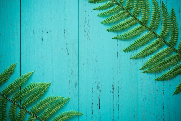 幸せな木と自然の緑の葉