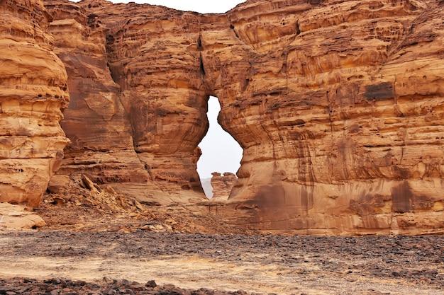 砂漠の自然はアルウラサウジアラビアを閉じます