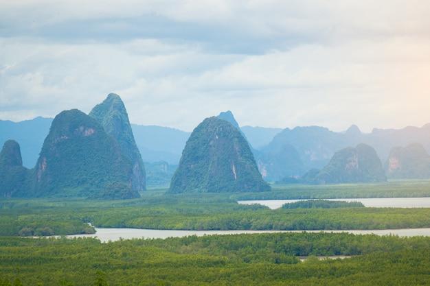 Природа пейзаж горы и озеро.