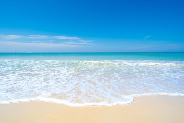 화창한 날 해변 바다 공간에서 아름다운 열대 해변과 바다의 자연 풍경 보기