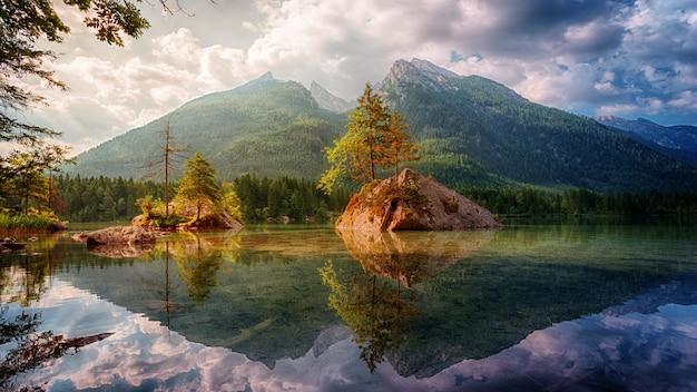湖と山のある自然の風景